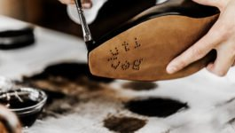 BERLUTI_Artisan applying patina_05-253